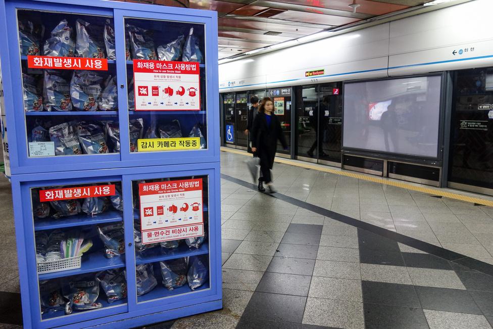 Békés társaság ez, de a minden metró- és vasútállomáson, több ponton elhelyezett gázmaszk- és katasztrófavédelmi ládák azért emlékeztetnek arra, hogy olyan országban jársz, amely aktív háborúban van a szomszédjával