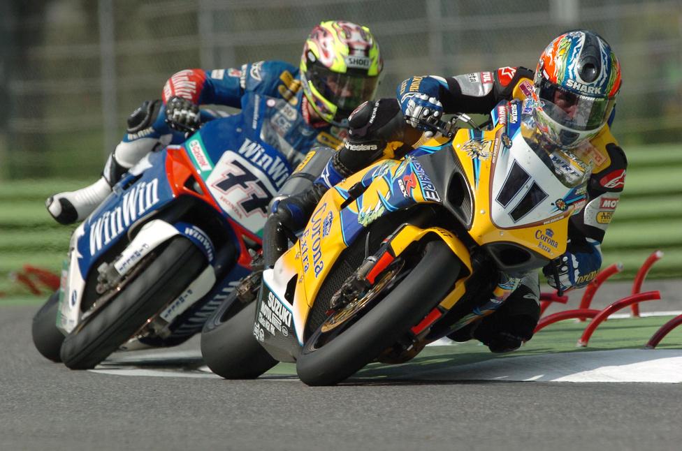 A 2005-ös esztendő nagy sikert hozott a motorsportban. Az ausztrál Troy Corser egy GSX-R 1000 K5-össel nyerte meg a Superbike-világbajnokságot honfitársa, Chris Vermeulen előtt. A fotón kettejük párharcának egy momentuma. Vermeulen egyébként egy Honda CBR1000RR-t hajtott, a szezon végén 54 ponttal volt lemaradva.
