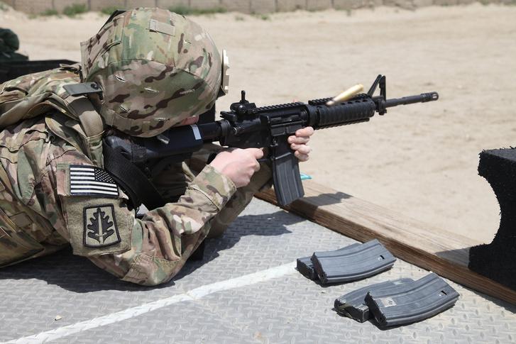 Amerikai katona gyakorol az új lőszerekkel egy katonai lőtéren