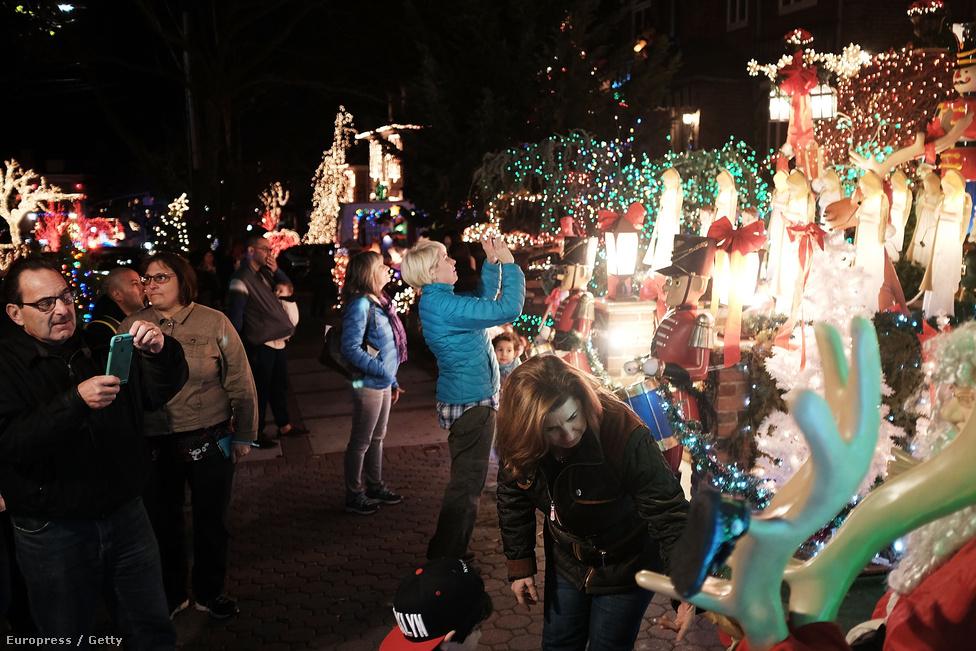 Brooklin csücskében fekszik Dyker Heights, New York egyik legnagyobb karácsonyi látványossága. A házak kivilágítását itt művészi tökélyre fejlesztették. A dolog 1986-ban kezdődött, egy lelkes lakóval. Lucy óta sokat változott a világ, cégek specializálódtak a díszítésre, 3-6 ezer dollárt is elkérnek a szolgáltatásért. És a villanyszámláról még nem is beszéltünk. Viszont évente százezrek látogatnak ki.