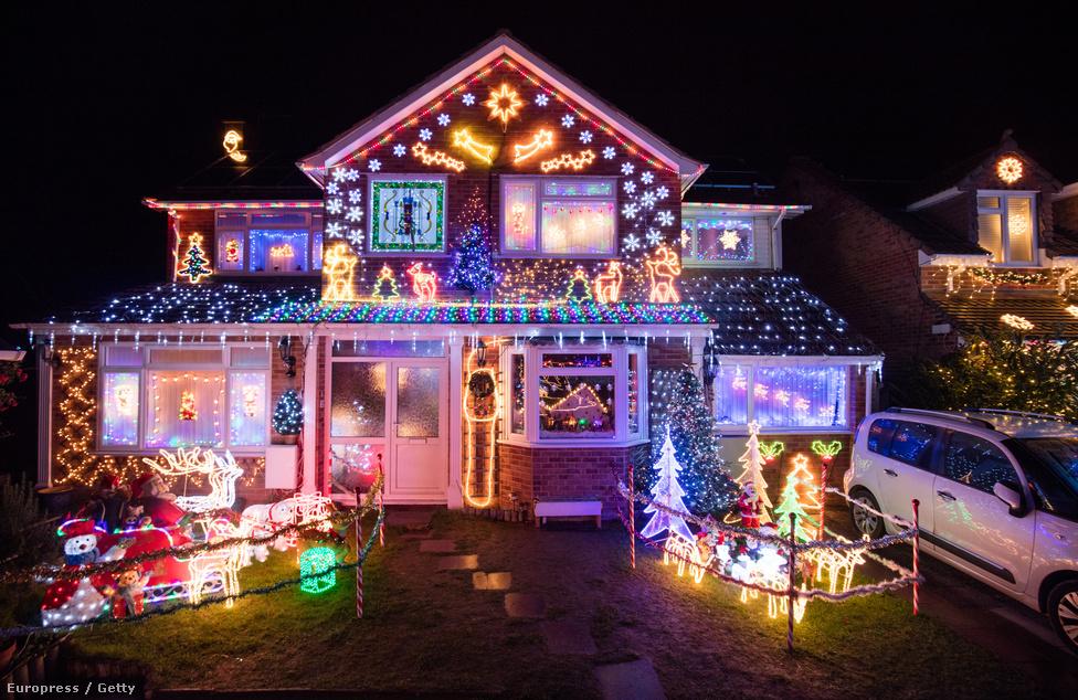 Karácsonyfát kivilágítani? Piha! Ma már az egész házat illik fényárba borítani, ha az ember igazán oda akar csapni a szarvasok közé. De az angliai Burnham-on-Sea lakói nem csak villognak a fényekkel: a kidíszített házaknál adományt is gyűjtenek, amit jótékonysági célra adnak, például a helyi, rákbetegeket kezelő kórháznak.