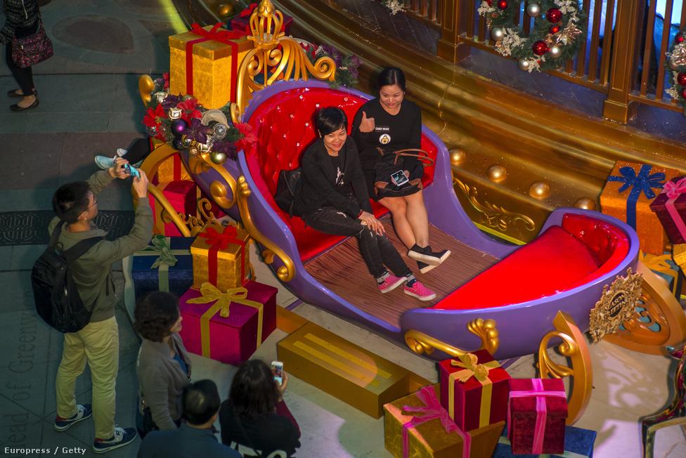 Hongkongban a karácsony két szünnappal jár. A kínaiak nem tartják úgy, hogy a nyugati ünneppel veszélyben lenne identitásuk. A hongkongiak – akiknek kétharmada vállaltan nem vallásos – inkább a kikapcsolódást és az üzletet látják a karácsonyban. Igaz, a népi Kínából érkezők tömege az utóbbi években apadt, így a kereskedelmi forgalom is csökkent.