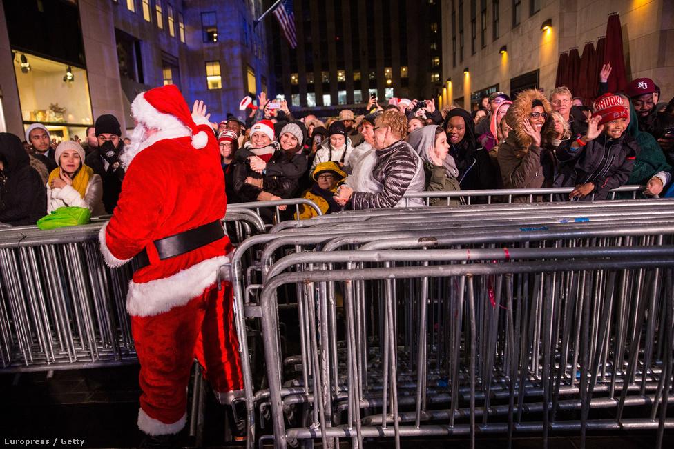 Karácsonyi tömeg New Yorkban. Mindegy is mi a műsor lézershow vagy feketepénteki bevásárlási akció, karácsony ürügyén, néhány mikulás rendező-jegyszedővel már beindul az őrület világszerte. Lassan már novemberben is. Hiába a kerszténynek mondott eredet, egyrészt pogány ünnepekre épül, másrészt valójában nagyon modern ünnepről van szó, aminek a lényege épp a tömeges fogyasztás. Olyan ez, mint a Star Wars-őrület, csak épp minden évben, míg a Lucas-epos ennél szerencsére lassabban gyarapodik.