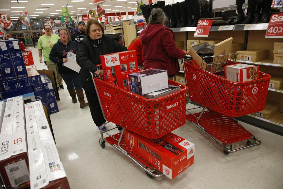 Ezek New York-iak nem a BND hívei. A Buy Nothing Day (Ne vásárolj semmit nap) a hálaadás utáni nap, aminek szubkulturális hódító útja 1992-ben indult Kanadából. Értelme nem sok, a BND-hívek más napokon tömik meg kosaraikat. Az USA-ban a hálaadás utáni nap számít a karácsonyi vásárlási szezon nyitányának. Egy átlag felnőtt amerikai 800 dollárt költ a karácsonyi ajándékokra.