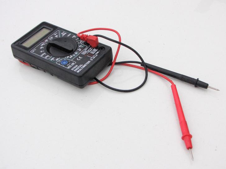 A multiméterrel nem csak az autó elektromos rendszerében méricskélhetünk, a hűtőfolyadékba mártva az egyik mérőszárat a fagyállóba...