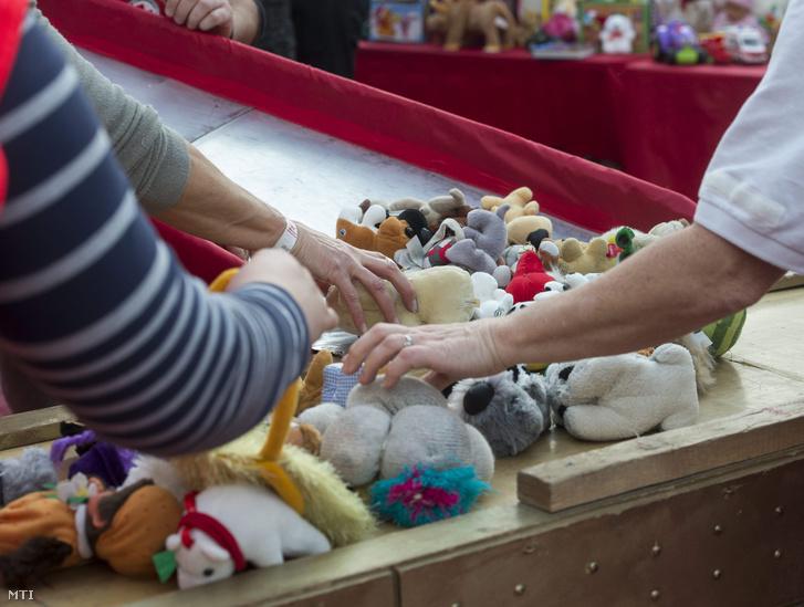 Önkéntesek ajándékokat rendeznek a Mikulásgyárban a fővárosi 56-osok terén.