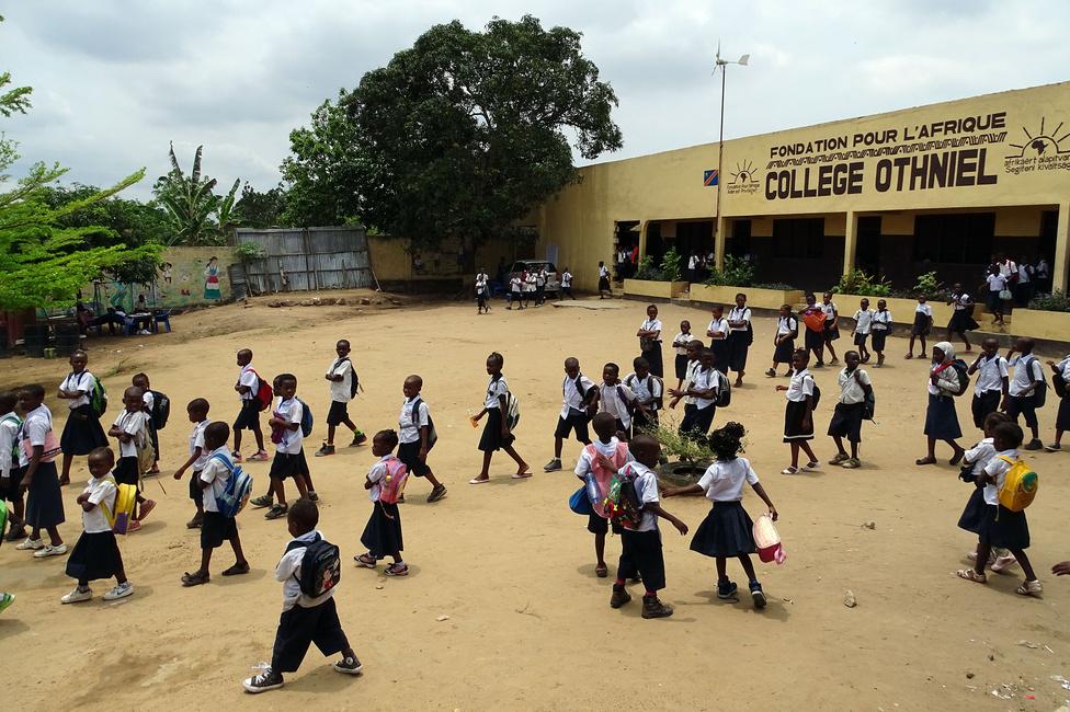 Hogy miért a formaruha kötelező része a magyar trikolór egy kongói iskolában? Egy magyar alapítvány tartja fenn a Collège Othnielt Kinshasában, a Kongói Demokratikus Köztársaság fővárosában, 40 főnek adva munkát és több száz gyereknek francia nyelvű általános és középiskolai képzést. Legújabb projektjük indulásakor mi is szétnéztünk a környéken, galériánkat itt nézheti végig.