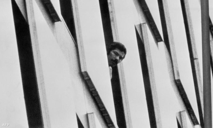 Terrorista néz ki a bécsi OPEC irodaház ablakán a rajtaütést követően