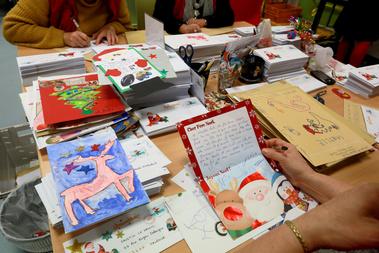 Franciaországban a La Poste postai szolgáltató cég dolgozói közül nagyjából hatvan embert bíz meg évente, hogy gyerekek Mikulásnak szóló leveleit megválaszolják.Jelenleg 140 országból fogad leveleket 1962 óta évről évre.