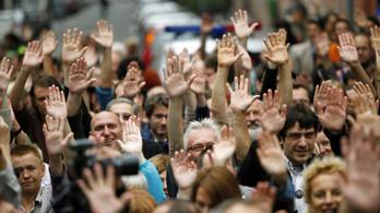 Pisztolyt szorítanak a civil szervezetek tarkójához