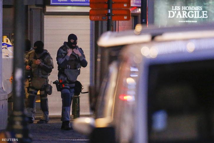 Különleges egységek járőröznek a brüsszeli rajtaütés helyszínén, december 20-án.
