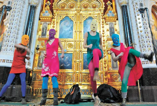 A Pussy Riot performansza a moszkvai Megváltó Krisztus-székesegyházban2012. február 21-én.