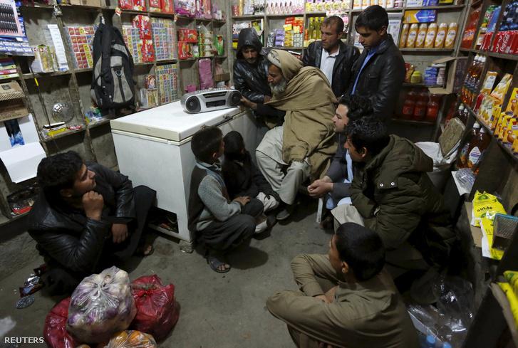 Afgánok hallgatják az Iszlám Állam rádióadását a kelet-afganisztáni Jalalabad városban, 2015. december 19-én.