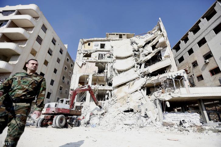 Egy lakóház romjai Damaszkusz délkeleti elővárosában Dzsaramanában 2015. december 20-én miután az előző este az izraeli hadsereg légicsapást mért az épületre. A támadással megölték Szamir Kantart a Hezbollah libanoni síita mozgalom fegyveres szárnyának egyik vezetőjét és nyolc társát.