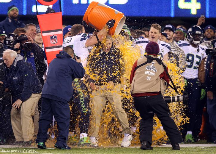 2014-ben rendesen megfürdették a Seattle-játékosok Pete Carrollt a Super Bowlban