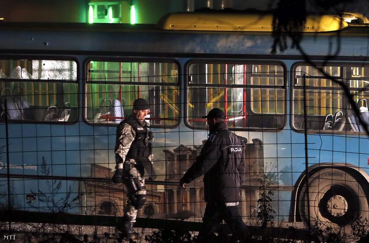 2015. november 19-én hajnalban készült készült kép egy autóbuszról amelyre tüzet nyitott egy támadó aki automata fegyverével megölt két boszniai katonát.