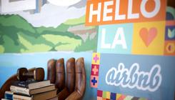 Repülőjegyeket is árulna az Airbnb