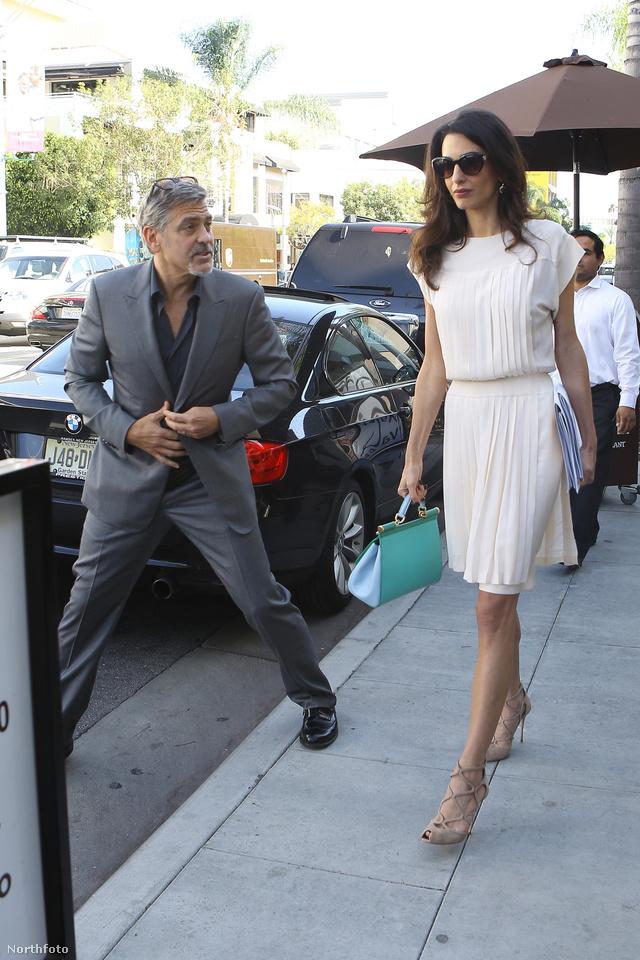 Ebben a fehér Breezy ruhában és türkiz Dolce & Gabbana ruhában leste minden kívánságát George Clooney a kaliforniai Palms Restarurant előtt 2015 októberében.