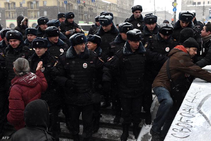 Ellenzéki tüntetőket oszlatnak a rendőrök Moszkvában, december 12-én, az Alkotmány ünnepén.