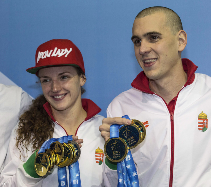 Hosszú Katinka és Cseh László a megnyert érmeit mutatja a netánjai rövidpályás úszó Európa-bajnokság végén 2015. december 6-án.