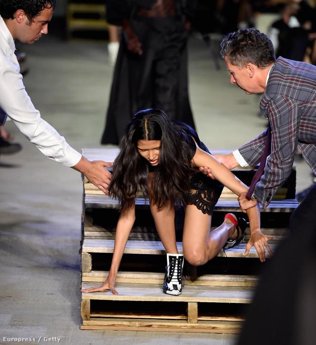 Nem volt túl biztonságos magassarkúban fellépni a Givenchy által felállított kifutóra.