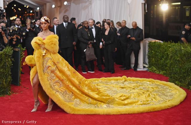Imádták Rihanna sárga estélyi ruháját a mémgyárosok.