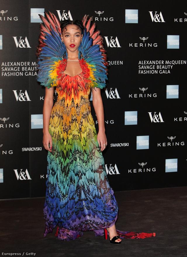 Naná, hogy mindenki McQueen ruhában ment a Savage Beauty kiállítás londoni megnyitójára. A képen FKA Twigs látható a híressé vált tollas ruhában.