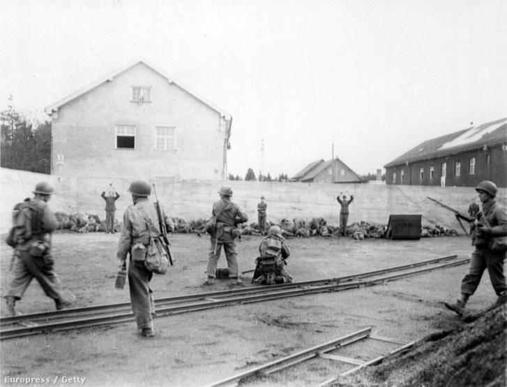 Amerikai katonák végeznek ki őröket a dachaui koncentrációs tábor felszabadításakor