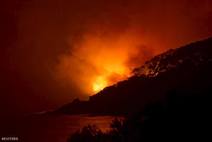 Erdőtűz pusztít a Melbourne-től délre fekvő Wye River közelében, 2015. december 25-én.