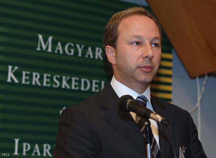 Slobodan Milosavljevic szerb kereskedelmi és szolgáltatási miniszter beszédet mond a Magyar Kereskedelmi és Iparkamara székházában megrendezett magyar-szerb üzleti fórumon,2009. július 6-án.