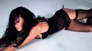 Adriana Lima harisnyatartóban fetreng a LOVE magazinnak