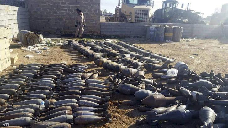 Az iraki biztonsági erők által az Iszlám Állam (IÁ) szélsőséges iszlamista szervezet fegyvereseitől elkobzott fegyverek és robbanóanyagok a Bagdadtól 115 kilométerre nyugatra fekvő Ramádiban 2015. december 22-én.