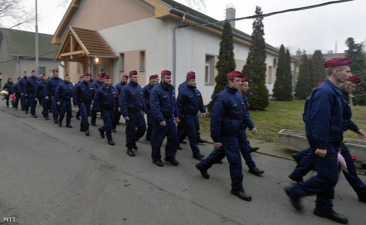 A Szlovéniába induló második magyar rendőrkontingens tagjai búcsúztatásukon Budapesten a Készenléti Rendőrség Kerepesi úti objektumában 2015. december 28-án.