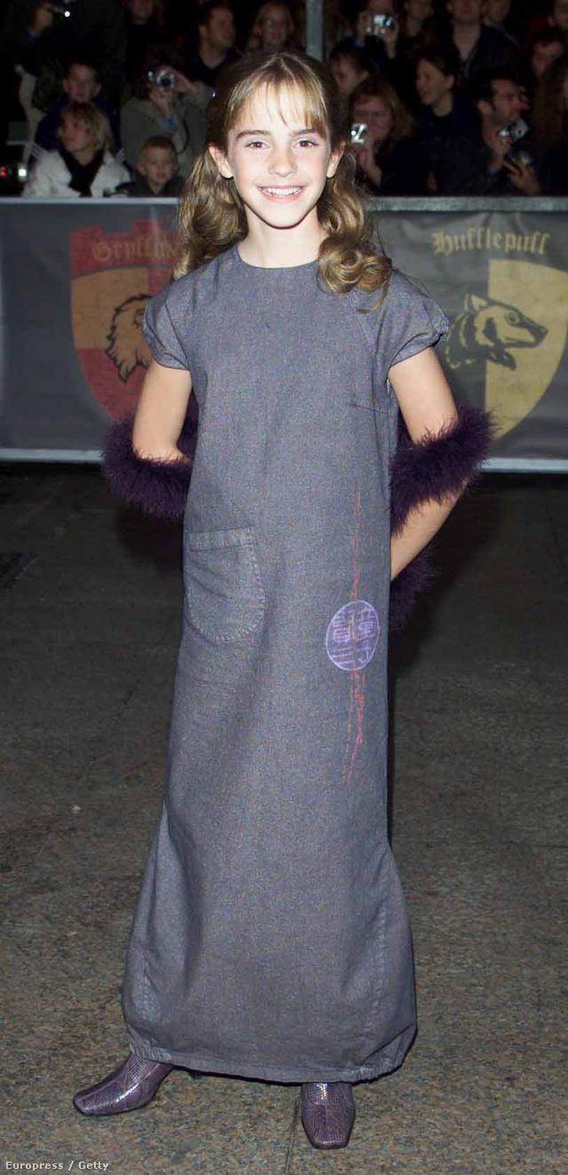 Toll boával és lila csizmával viselte a földig érő szürke ruhát élete első vörös szőnyeges eseményén a Harry Potter és a bölcsek köve londoni premierjén 2011-ben.