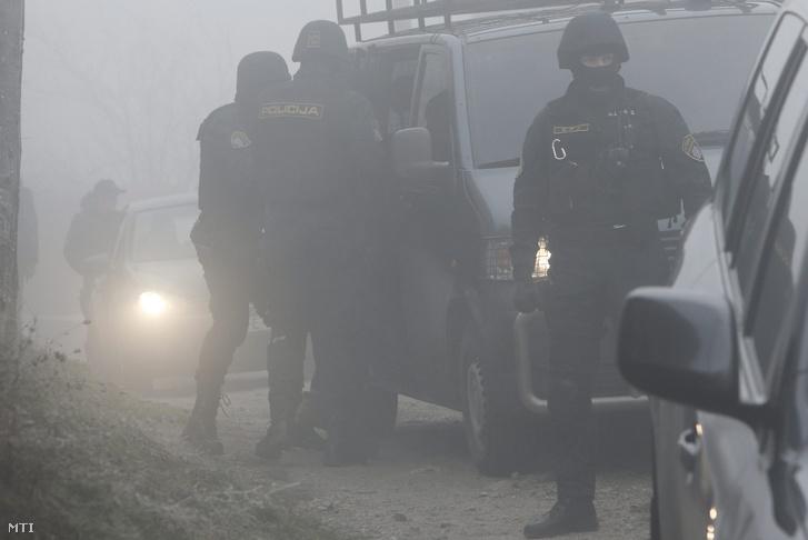 Bosnyák rendőrök egy házkutatás helyszínén Szarajevóban 2015. december 22-én. A hatóságok a nap folyamán tizenegy az Iszlám Állam nevű szélsőséges dzsihadista szervezethez köthető feltételezett terroristát vettek őrizetbe a boszniai fővárosban.