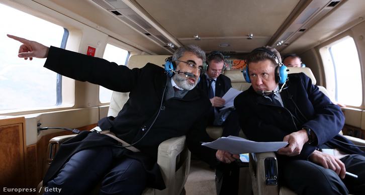 A nagyon közelinek tűnő Déli Áramlat gázvezeték lehetséges útvonalát mutatja a török energetikai miniszter a Gazpromot vezető Alekszej Millernek februárban. Az Ukrajnát végleg elkerülő útvonalból valószínűleg nem lesz semmi, miután a Szíriában szolgálatot teljesítő orosz vadászbombázót légtérsértésre hivatkozva novemberben lelőtte Törökország.
