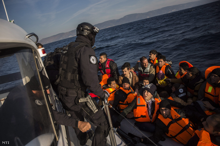 Törökországból érkezett a tengeren bajba jutott 56 illegális bevándorlót ment ki az Európai Unió határvédelmi ügynöksége a Frontex portugál hajójának legénysége Leszbosz görög sziget partjai előtt.