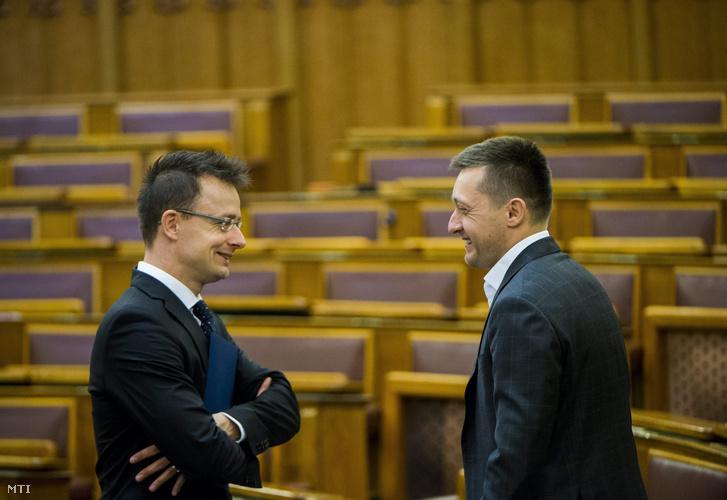 Rogán Antal a Fidesz frakcióvezetője (j) és Szijjártó Péter külgazdasági és külügyminiszter.