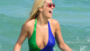 Rita Ora strandolását átütő mellbimbói tették emlékezetessé