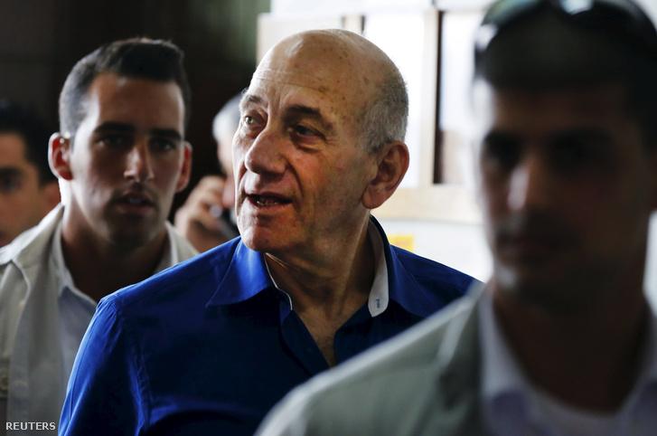 Ehmud Olmert elhagyja a tel-avivi kerületi bíróság épületét 2014. május 13-án.