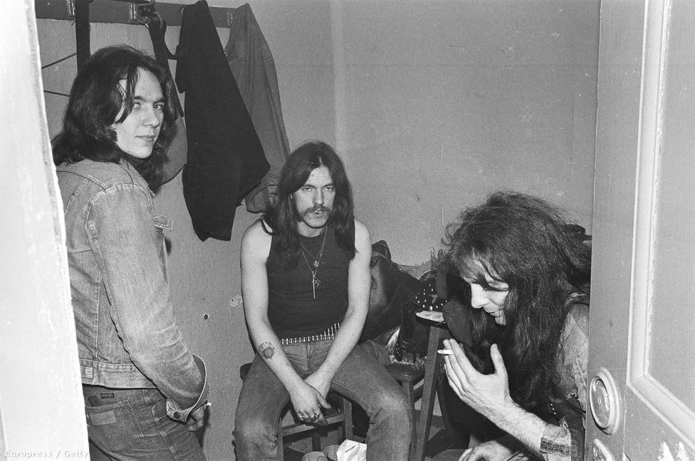 """Ez a kép 1977-ben készült, a képen Lemmy és Eddie """"Fast"""" Clarke látható egy haverjuk társaságában. A zenekarban ekkor már Phil """"Philty Animal"""" Taylor dobolt, aki a T.Rex dobos Lucas Fox helyére érkezett."""