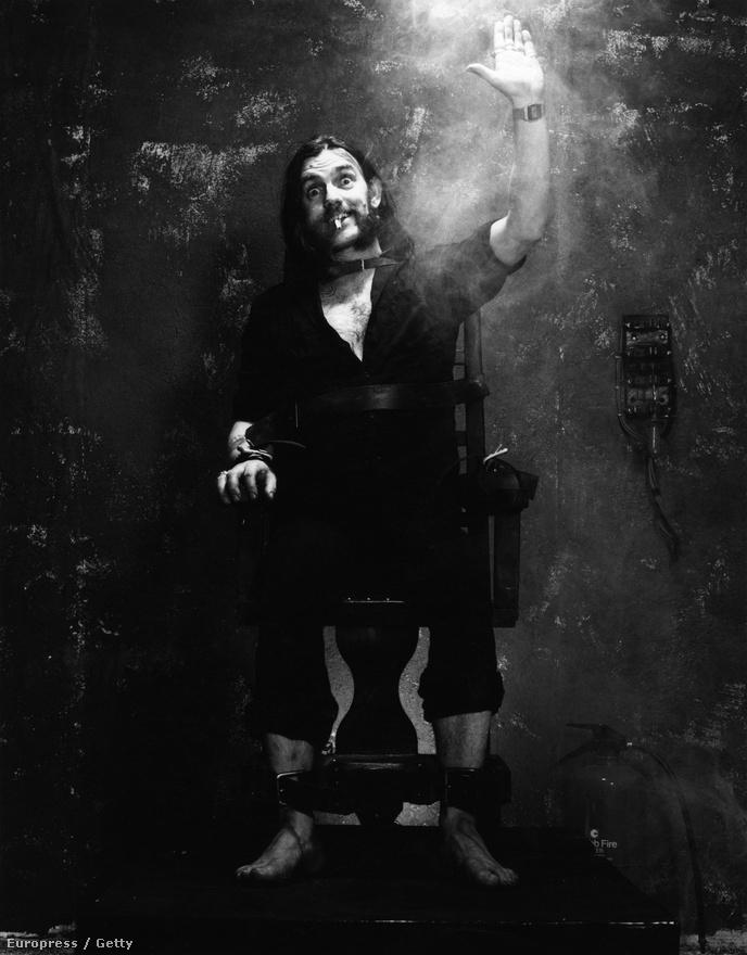 Lemmy villamosszékben a Killed by Death című himnuszuk felvételének évében. A tagság ebben az évben lecserélődött Lemmy körül. 1984-ben Philty Animal máig tisztázatlan körülmények között elhagyta a zenekart. A helyére Pete Gill, a Saxon dobosa került, akit az Eddie-t váltó Phil Campbell gitáros hozott magával. A kiadó aggódott, hogy az új felállás nem fogja hozni az eddigi szintet és egy best of lemezt akartak megjelentetni sorlemez helyett. Amikor Lemmy ezt megtudta, maga vette kézbe az ügyet és kikötötte, hogy a lemezen új számoknak is szerepelnie kell a lemez végén. Egy ilyen szám volt a Killed by Death is, ami a Motörhead koncertek elengedhetetlen részévé vált az évek során. Ebben az évben járt a zenekar először Magyarországon.