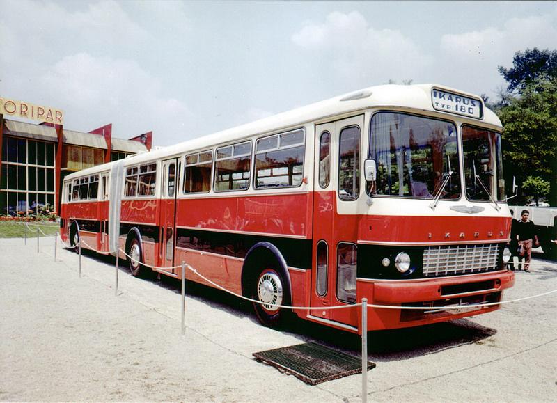 Az Ikaruson nagy volt a nyomás, hogy a nyugati országokban már megszokott, csuklós típust kifejlessze. Ezért az Ikarus egy Henschel gyártmányú csuklós buszt vett alaposan szemügyre – ez azt jelentette, hogy gyakorlatilag lemásolták a német típust. Az új, nagy befogadóképességű csuklós buszt 1961-ben mutatták be a Budapesti Nemzetközi Vásáron. Megfelelő hajtáslánc hiányában azonban a prototípus nem volt üzemképes, mivel sokáig nem volt megfelelő motor az új típusokhoz, így a 180-as sorozatgyártása csak 1964-ben kezdődhetett meg