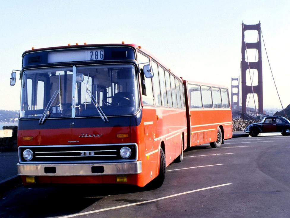 Ikarus 286 a Golden Gate hídnál 1979-ben. Az Ikarus 1977-ben készítette el a 18,2 méter, vagyis 60 láb hosszú 286-os típust László Anna tervei alapján. A kocsit ezután kiszállították az Egyesült Államok nyugati partvidékére, ahol bemutatókon vett részt, többek között Los Angelesben és San Franciscóban is. A meggypiros busz nagy feltűnést keltett, ugyanis az USA-ban akkoriban szokatlan látványt nyújtottak a csuklós buszok, ezért az amerikai köznyelvben Big rednek, a buszos szakmában pedig, a konstruktőr után, Anna babynek becézték