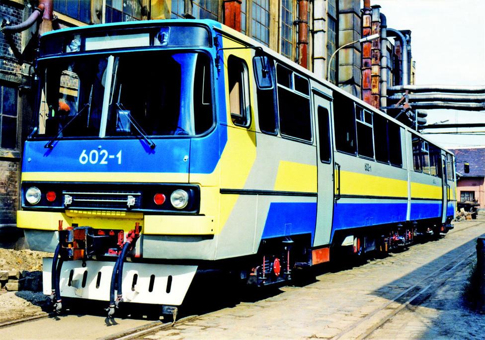 Ikarus sínbuszok. Kevésbé ismert, hogy az Ikarus a Ganz-Mávaggal közösen gyártott sínbuszokat. A prototípust az 1983-as BNV mutatták be, majd azt a MÁV is tesztelte, de végül a hazai üzlet elmaradt. A maláj vasútnak viszont megtetszett az esztétikus motorvonat, ezért 1987-ben tíz darabot rendeltek a járműből. Néhány évvel később, 1992-ben, újabb két járművet rendelt a maláj Palm Resort golfklub, ezek egyike látható a fenti fotón