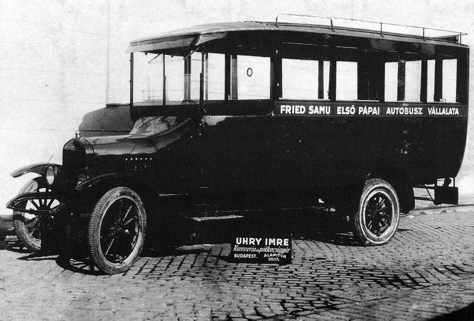 Uhry 1924-ben készült Ford-alvázas autóbusza. Ezekben az években kezdték a műhelyben az autóbusz-karosszériák tervezését és építését. A járművek elkészítéséhez szükséges pontos dokumentációkat egy bognármester készítette 1:1 méretarányban, ez a nagy részletességgel kidolgozott rajz szolgált alapul a gyártási sablonok elkészítéséhez. Nem csoda, hogy nemzetközi szinten is elismerték ezeknek a karosszériáknak a szépségét