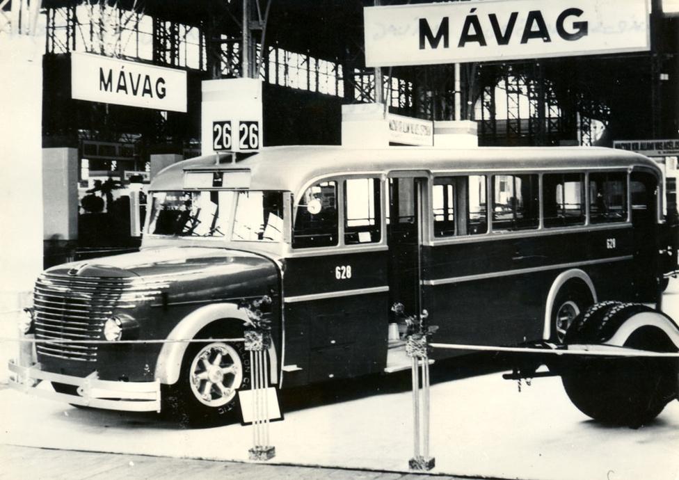 Az első fémkarosszériás autóbuszok megújított változatát MÁVAG N26/39 alvázra építették 1938 és 1944 között. A buszok dízelmotorja a Láng gépgyárban készült. Az egyedi bajuszszerű díszítés miatt a budapesti utazóközönség harcsának keresztelte az akkoriban modernnek számító járműveket. Ekkoriban a gyár már kinőtte a Hungária körúti telephelyet, ezért a mátyásföldi Margit utcába költöztek, ahol a repülőtér közelsége miatt a repülőgépgyártásba és -javításba is belefogtak. Viszont a negyvenes évek budapesti utcaképének meghatározó típusából, a harcsából a második világháború alatt az összes megsemmisült vagy javíthatatlanul megrongálódott