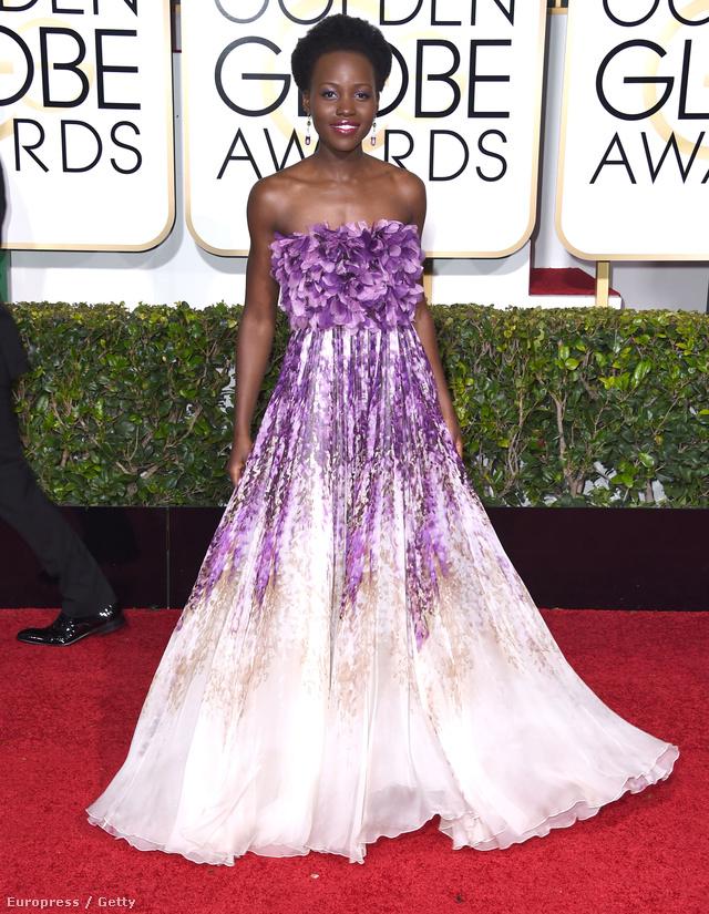 Idén többször is kapott királylányos, pörgős ruhákat az öltöztetőktől. Ebben a virágokkal díszített fehér-lila Giambattista Valli estélyiben jelent meg a 72.Golden Globe-díjátadón 2015 januárjában.