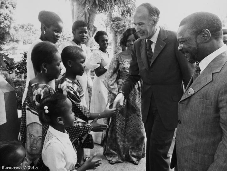 Az ilyenkor kötelező protokolláris kézfogások és gyereklátogatások sem maradhattak el, a két elnök fiatal közép-afrikaikkal találkozik.