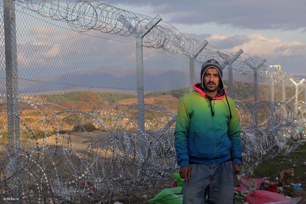 A görög-macedón határon álló iráni menekült fotója a menekültválság tragikus fordulatának idején készült. Vidám, európaias öltözéke, és elkeseredett arca arra a pillanatra emlékeztet, amikor a nagypolitika nemtörődömsége miatt a menekültválság tragédiája nem várt szintre emelkedett. Menekültek fordultak menekültek ellen:Néhány nap alatt hatalmas tömeg torlódott fel a görög határon. Rengeteg olyan menekült is volt köztük, akik nem háborús konfliktus elől jöttek, de ezrével táboroztak ott irániak, szomáliaiak, eritreaiak, jemeniek, akik számára nem volt visszaút a hazájukba. A látvány, hogy a szemük láttára engedik tovább a többi menekültet akkora feszültséget gerjesztett, hogy néhány nap alatt elszakadt a cérna, a tömeg egyik fele barikádot emelt a határátkelőhoz, majd rátámadt szír-iraki-afgán menekültekre. A  problémát az európai politika átgondolatlansága okozta, a határon a szörnyű körülmények közt lévő menekültek tépték, szaggatták egymást. A rendőrök a drótkerítés mindkét oldalán tétlenül nézték a konfliktust. A fotón látható férfi egyike volt a barikádnál őrködő menekülteknek.